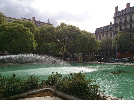 Adonis Marseille Vieux Port : Площадь рядом с отелем