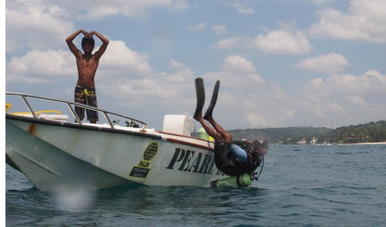 Pearl Divers: Guide entering the water