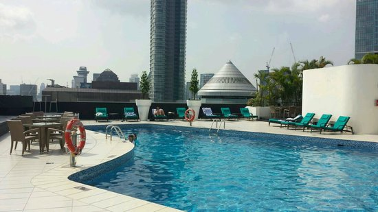 Hilton Singapore : Swimming pool on 23th floor