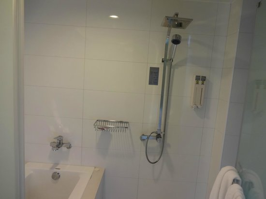CityInn Hotel Plus - Ximending Branch: Separate tub and shower in Family Room
