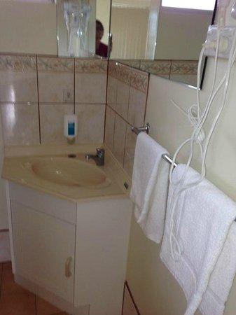 Robetown Motor Inn and Apartments: Waschtisch ohne Ablagemöglichkeit