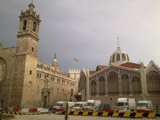 Central Market (Mercado Central) : Mercado Central e Iglesia Santos Juanes