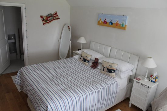 Sleeperzzz Guest House: Seaside room with kingsize bed