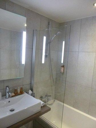 Hotel l'Heliopic: Good shower