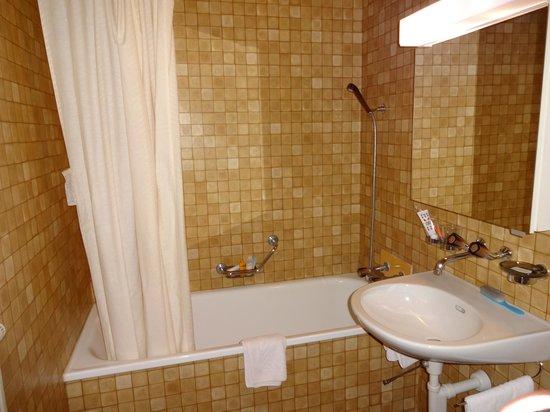 Hotel Bellary: バスルーム