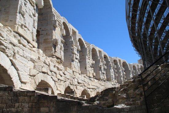https://media-cdn.tripadvisor.com/media/photo-s/05/ba/7e/ae/amphitheatre-les-arenes.jpg