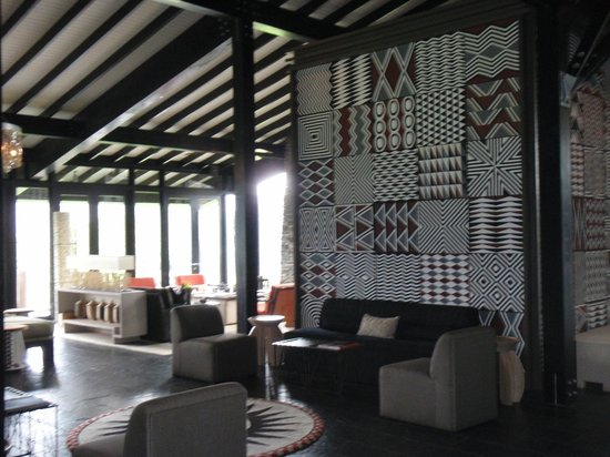 Nyungwe Forest Lodge: Imigongo art in the lounge area