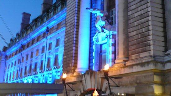 Premier Inn London County Hall Hotel: Facade coté Tamise