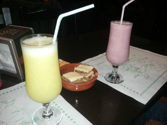 Mas Arepas: Batido de fresa y zumo de manzana y limón
