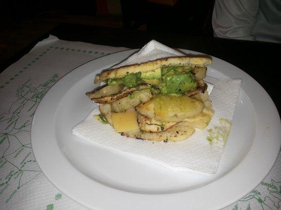 Mas Arepas: Arepa de pollo, piña, aguacate y queso
