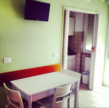 ligure residence monolocale ristrutturato 2 adulti 2 bambini cucina divisa da porta scorrevole