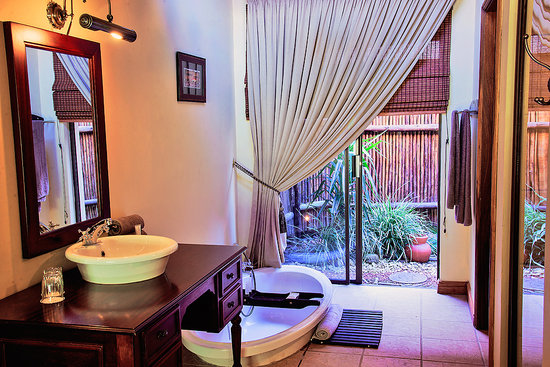 Mpongo Private Game Reserve: Guest bathroom