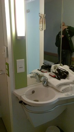 Hotel ibis budget Birmingham Airport: sink in room NOT seperate