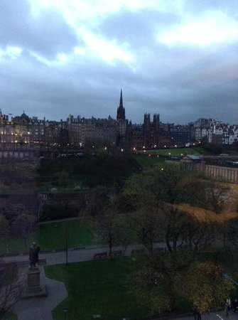 Mercure Edinburgh City - Princes Street Hotel : view from privilege room