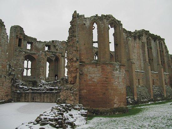 Kenilworth Castle : Castle in the snow