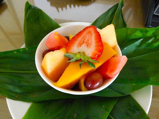 Moana Surfrider, A Westin Resort & Spa : Fruit basket on arrival