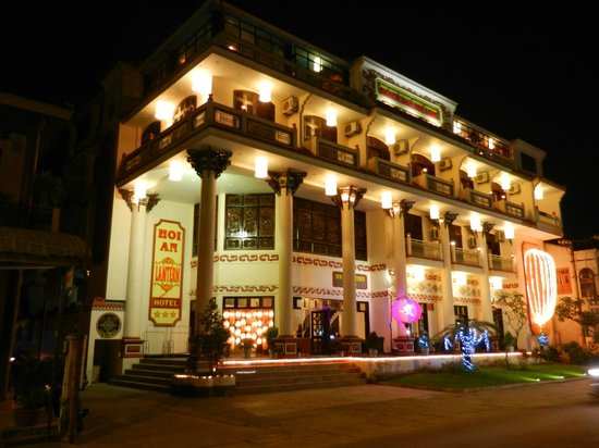 Hoi An Lantern Hotel: hotel front at night