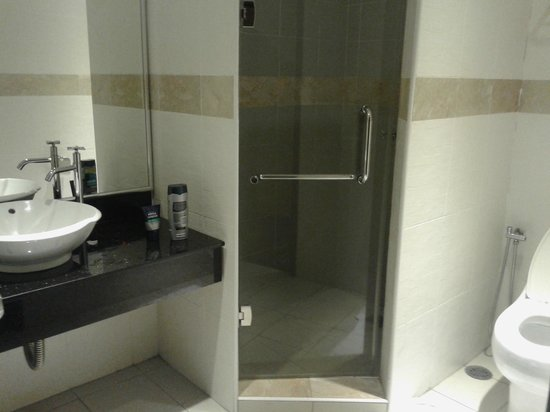 KK Times Square Hotel: The bathroom