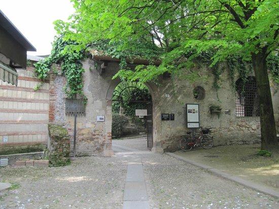 Tomba di Giulietta : Ingresso dell'ex monastero