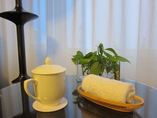 Seaview Garden Hotel: Green tea and wet towel are offered as  entering into the room