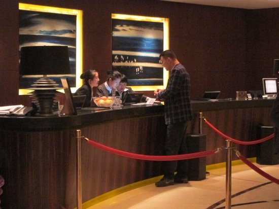 Seaview Garden Hotel: Reception counter