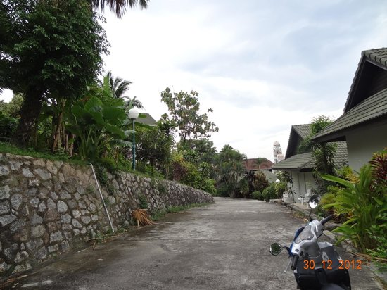 Royal Crown Hotel & Palm Spa Resort: Дорога между корпусами