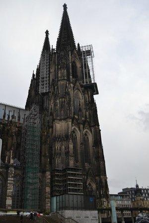 Kölner Dom: Башни собора видно уже из Электрички