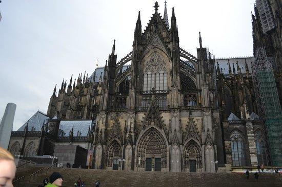 Kölner Dom: Таким предстает собор когда выходишь из здания вокзала