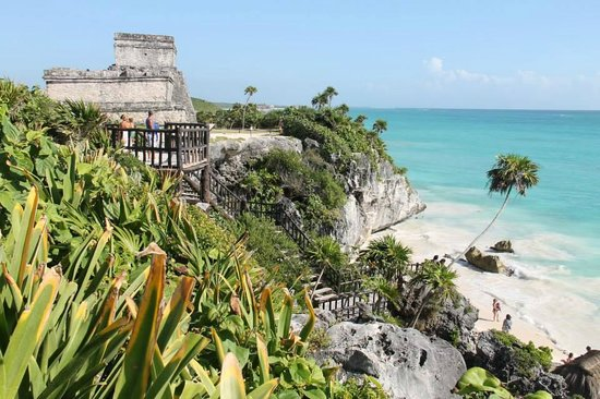 Avenida Tulum: the ruins over looking the beautiful waters