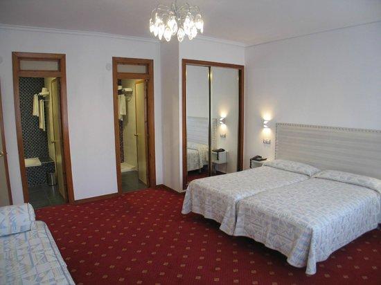 Detalle de los dos cuartos de ba o fotograf a de hotel for Hoteles con habitaciones comunicadas en madrid
