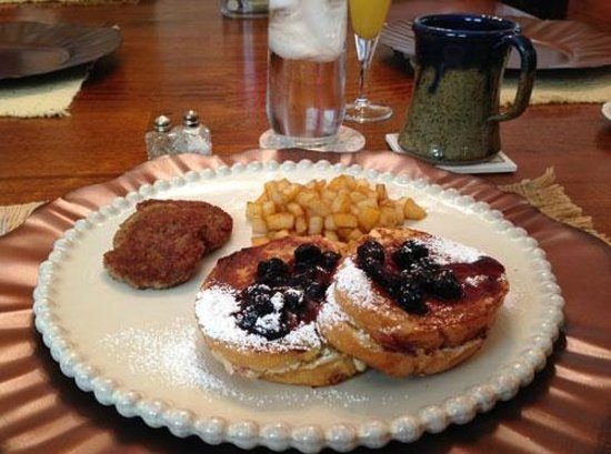 Vintage Inn Bed and Breakfast: Stuffed French Toast for Breakfast Was Fantastic