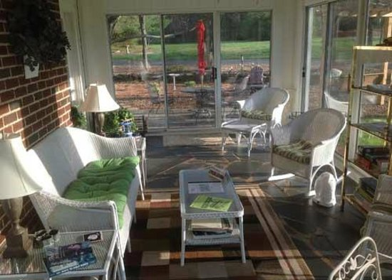 Vintage Inn Bed and Breakfast: Sun Room and Patio