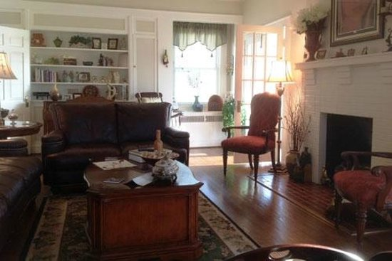 Vintage Inn Bed and Breakfast : The Parlor is Very Comfortable