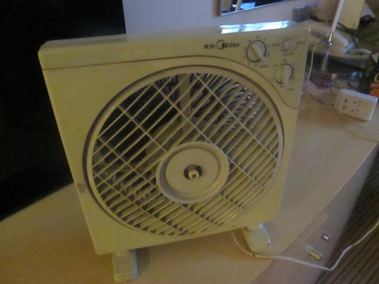 Holiday Inn Shanghai Downtown : Small fan brought into the room