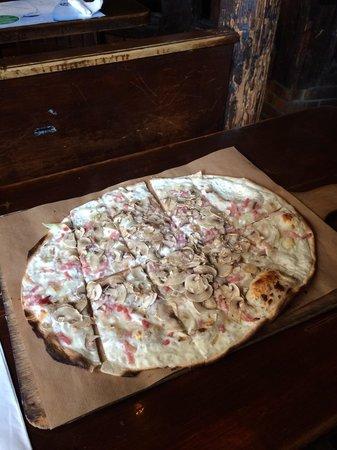 Academie de la Biere : Что-то типа пиццы на тончайшем тесте за 7€, вкусно!!!