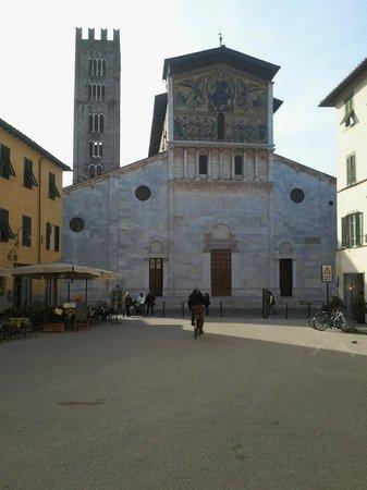 Basilica of San Frediano : La facciata con il notevole mosaico
