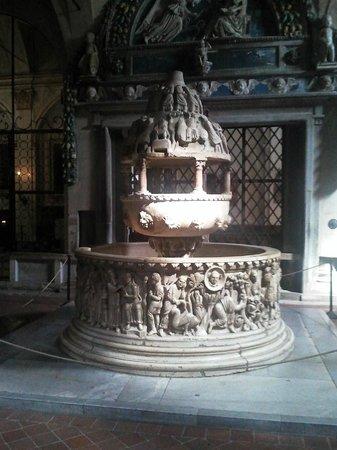 Basilica of San Frediano : La bellissima fonte battesimale di san Frediano