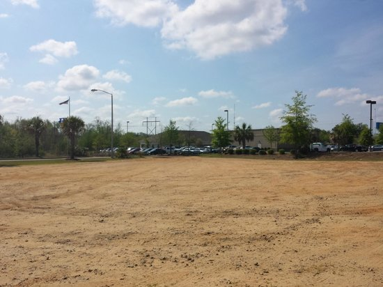 Country Inn & Suites By Carlson, Sumter: DIRT PARKING LOT