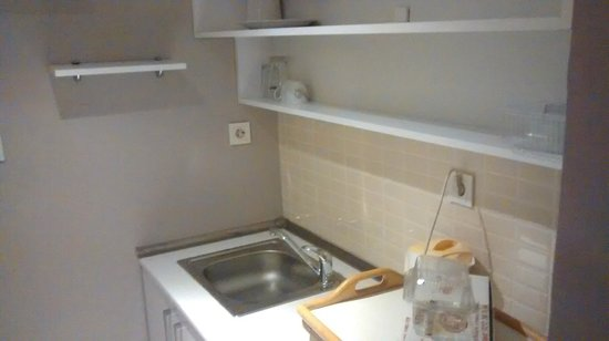 Ortakoy Home Suites: kitchen, microwave, minibar and electric kettle like in the offer