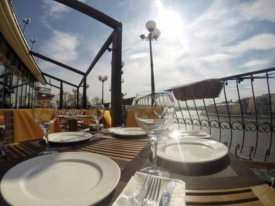 Restaurant & Lounge Reka: Летняя терраса в солнечный день
