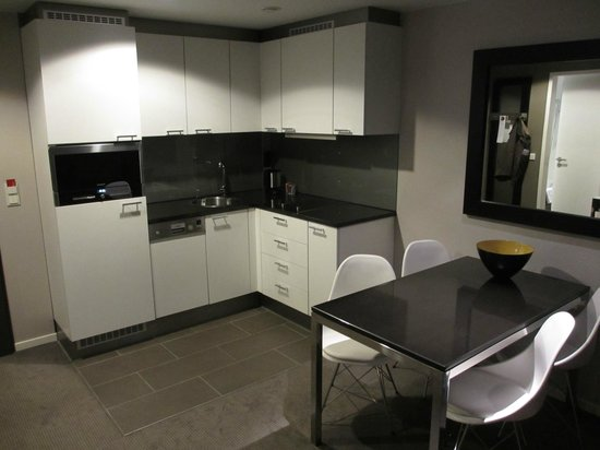 Adina Apartment Hotel Berlin Mitte: Small kitchen area with cooker and microwave