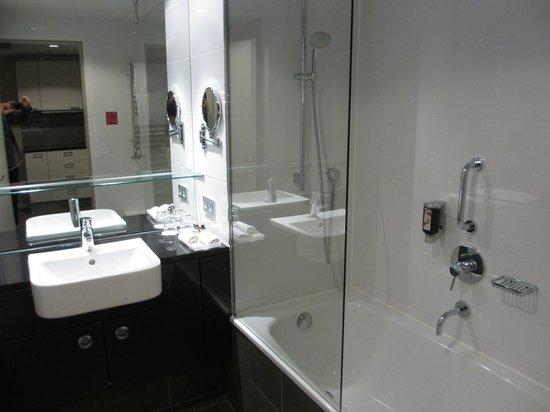 Adina Apartment Hotel Berlin Hauptbahnhof: Clean Bathroom
