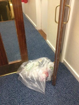 Britannia Airport Hotel: CORRIDOR DOOR HELD UPON BY FILTHY WASTE