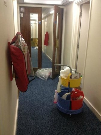 Britannia Airport Hotel: CORRIDOR MORE HAZARDS. CABLE AND EQUIPMENT EVERYWHERE