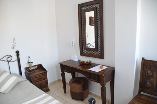 Evgenia Villas & Suites: facilities in small elegant room by the swimming pool