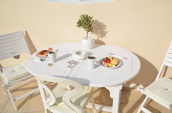Evgenia Villas & Suites : Nice breakfast by pool bar