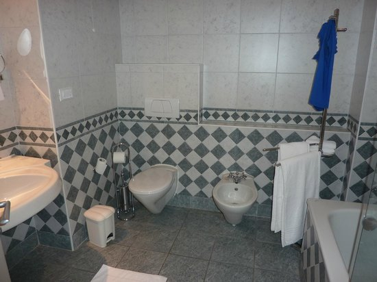 Hotel Castello Santa Vittoria: ruime badkamer