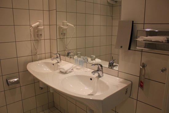 Thon Hotel Kautokeino: Bathrooms do not have bathtub, but a spacious shower