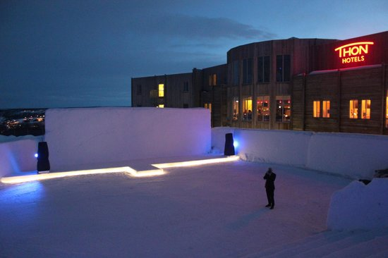 Thon Hotel Kautokeino : The ice-cinema. The amfi-benches are made from ice, but they give you reindeer-skins to sit on