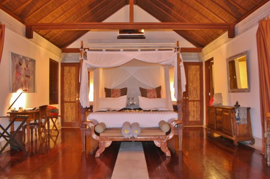 Jamahal Private Resort & SPA: The villa. Bathroom is behid the bed and not visible, and the coffe table and daybed is behind m